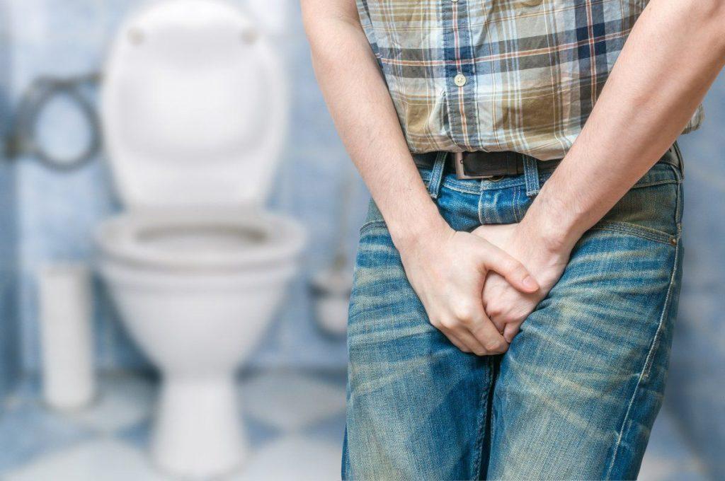 Detalhe da pelvis de um homem com vontade de urinar